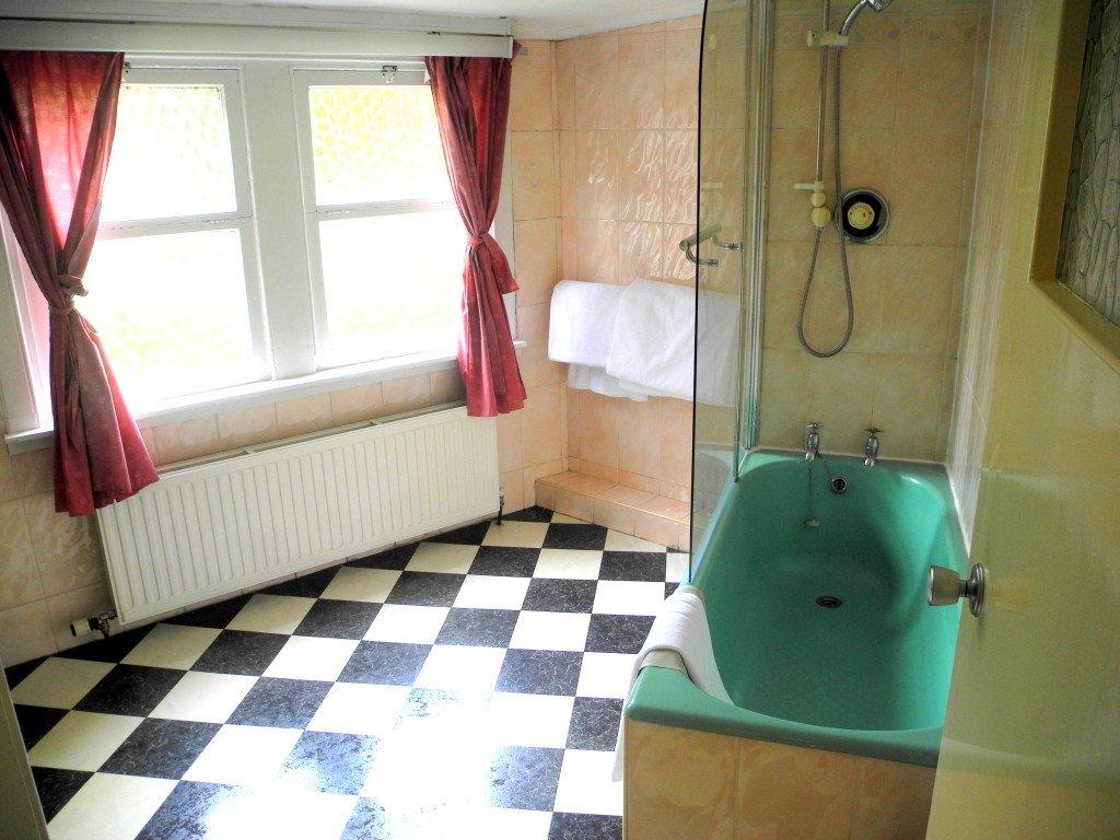 Bathroom in family room at Kirklee Hotel