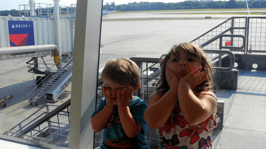 Tips to fly on airplane with kids